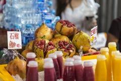 Grenade de rue de nourriture crue et jus de grenade Photographie stock libre de droits