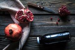 Grenade et bouteilles d'essence ou de teinture sur la table rustique en bois Photos libres de droits