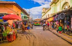 GRENADE, NICARAGUA, MAI, 14, 2018 : Personnes non identifiées I de marche que la rue du marché cale à une rue colorée dedans Photo stock