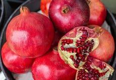 Grenades rouges délicieuses avec des coquilles et des graines exposées photos libres de droits