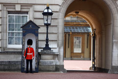 Grenadier-Abdeckungen am Buckingham Palace Stockfoto
