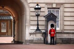 Grenadier-Abdeckungen am Buckingham Palace Lizenzfreies Stockfoto