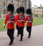 Grenadjär Guards på kungliga Windsor Castle i England Arkivfoto