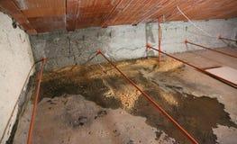 Grenier avec l'humidité sous le toit images stock