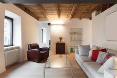 Grenier confortable meublé photographie stock