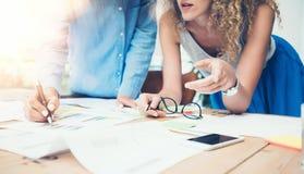 Grenier de Team Work Process Modern Office de collègues Les gestionnaires de comptes produisent le nouveau projet d'idée Jeune fo photo stock
