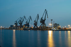 Grenier et grues de bateau dans le port. Image stock