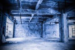 Grenier industriel vide à un arrière-plan architectural images stock
