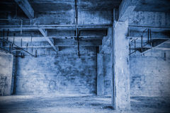 Grenier industriel vide à un arrière-plan architectural image libre de droits