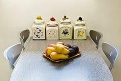 Grenier meublé, petite table photo stock