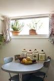 Grenier meublé, petite table photos stock