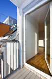 Grenier moderne avec la trappe ouverte de terrasse image stock