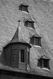 Grenier Windows dans le toit d'ardoise Photos stock