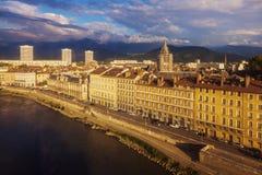 Grenoble arkitektur längs Isere River Arkivfoton