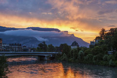 Grenoble arkitektur längs Isere River Royaltyfri Foto