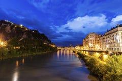 Grenoble arkitektur längs Isere River Arkivfoto