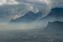 Grenoble bonito na névoa, France Fotografia de Stock Royalty Free