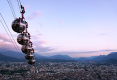 Grenoble cablecars i aftonen Royaltyfri Bild
