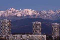 Grenoble, França, em janeiro de 2019: as três torres na parte dianteira as montanhas no por do sol, vizinhança do belledonne do v imagens de stock