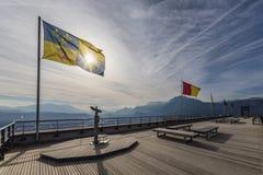 Grenoble, França, em janeiro de 2019: Binóculos e a bandeira de Dauphine no Bastille do la fotografia de stock