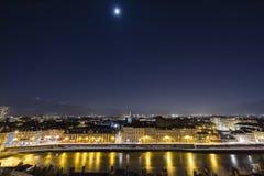 Grenoble, Francia, enero de 2019: Ciudad en la noche con el río Isere, la luna y las estrellas en el cielo fotos de archivo