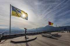 Grenoble, Francia, gennaio 2019: Binocolo e la bandiera di Dauphine alle Bastille della La fotografia stock