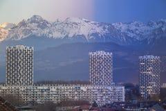 Grenoble, Frankrijk 2019: Dag aan nacht op de stad en de bergen royalty-vrije stock foto's