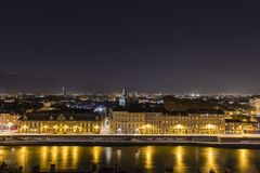 Grenoble, Frankrijk, Januari 2019: Stad bij nacht met isererivier royalty-vrije stock foto