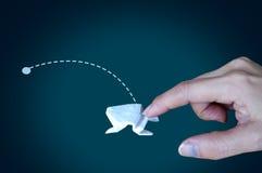Grenouille blanche d'origami sur le fond noir, croissance par accroissement de concept, affaires, croissance de saut géant Images libres de droits