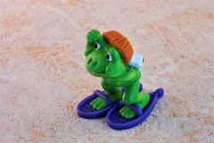 Grenouille de jouet du ` s d'enfants sur des raquettes image libre de droits