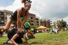 Grenouille de saut de jeu de femmes dans l'événement de jour de manoeuvres d'Atlanta Photo libre de droits