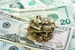 grenouille de Trois-garniture avec une pièce de monnaie Images libres de droits