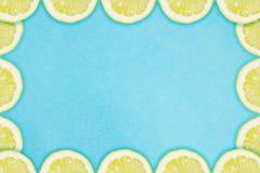 Grens van citroenplakken op een blauwe achtergrond royalty-vrije stock afbeelding