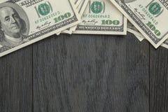 Grens van dollarrekeningen op houten lijst royalty-vrije stock fotografie