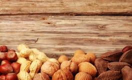 Grens van geassorteerde gehele noten in hun shells Stock Foto