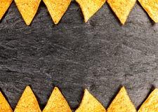 Grens van gouden kernachtige nachos stock afbeelding