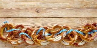 Grens van heerlijke gezouten Beierse pretzels Stock Afbeelding