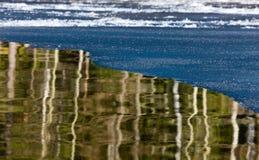 Grens van ijs en water stock foto