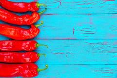 Grens van kleurrijke roodgloeiende verse Spaanse peperpeper Stock Foto's