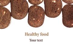 Grens van plakken van zwart roggebrood op een witte achtergrond edging Geïsoleerde De achtergrond van het voedsel stock afbeeldingen