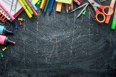 Grens van Schoollevering op een bordachtergrond Vrije ruimte stock fotografie