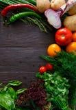 Grens van verse groenten op houten achtergrond met exemplaarruimte Royalty-vrije Stock Afbeeldingen
