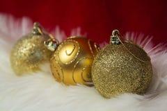 Grens van wit bont over feestelijk rood brokaat Veel exemplaar-ruimte Gouden snuisterijendecoratie De Kerstman _2 stock foto