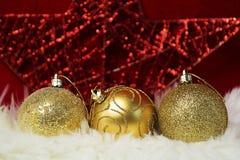 Grens van wit bont over feestelijk rood brokaat Veel exemplaar-ruimte Gouden snuisterijendecoratie De Kerstman _2 royalty-vrije stock fotografie