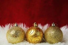 Grens van wit bont over feestelijk rood brokaat Veel exemplaar-ruimte Gouden snuisterijendecoratie De Kerstman _2 stock fotografie