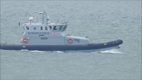 Grenskracht die de kust van Kent patrouilleren stock footage