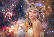 grensle Aries Zodiac Sign Kvinna på bakgrund för natthimmel royaltyfria bilder