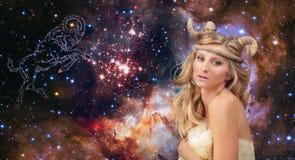 grensle Aries Zodiac Sign Kvinna på bakgrund för natthimmel Arkivfoto