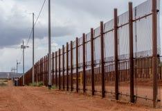 Grensomheining die Mexico scheiden van de Verenigde Staten in Naco Arizona Stock Afbeelding