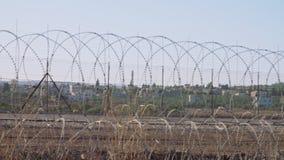 Grensomheining tussen Israël en Cisjordanië prikkeldraad elektronische omheining stock videobeelden